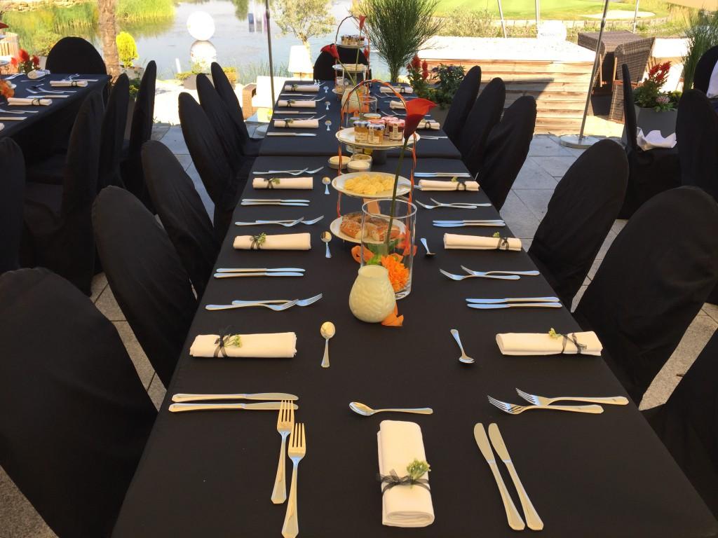 Einladende Tische für die prominenten Gäste.
