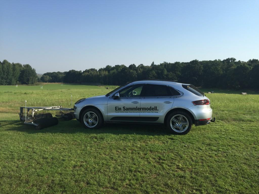 Der Ballsammler auf der Driving Range fährt Porsche.
