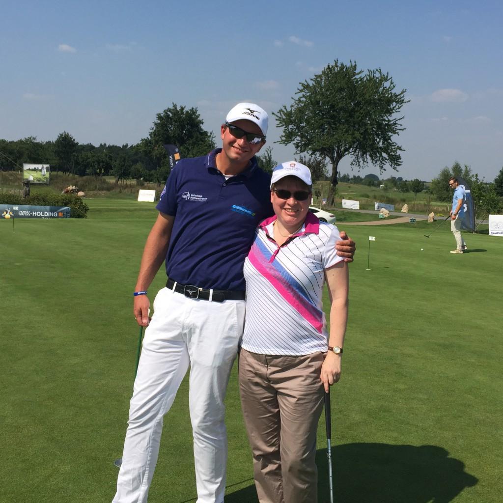 Golf Pro Alex Kessler und ich an Station 1