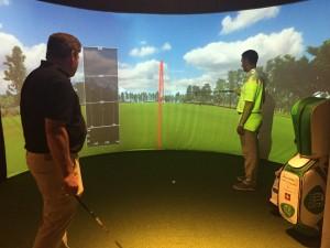 Schwunganalyse im Golfsimulator, rechts Pro Frédérick Dauchez