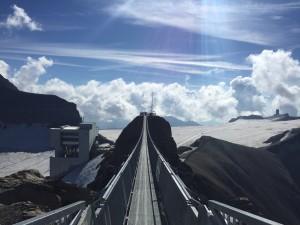 107 m lang freischwingend zwischen den Gipfeln